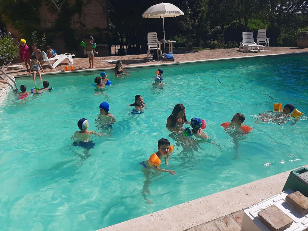 in piscina con Agnese , i custodi del Boschetto